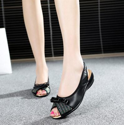 新品中老年妈妈鞋时尚水钻舒适中年女鞋凉鞋平底凉鞋防滑夏季新款