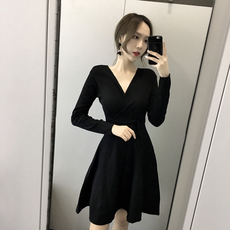 秋裝新款性感顯瘦V領連衣裙氣質百搭純色大擺裙復古赫本小黑裙女
