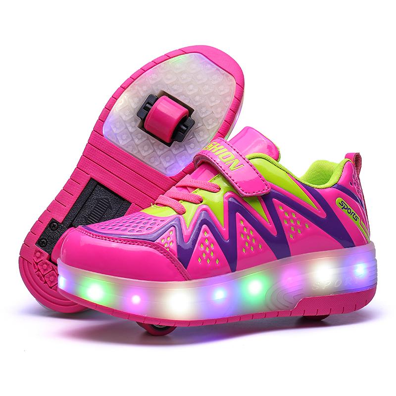 Весенние и зимние огни с колесами катание на коньках в начальной школе дети мальчики и девочки мальчики спортивная обувь