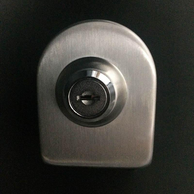- o uşă de sticlă fără găuri în biroul general de încuiat uşa. încuie uşa de sticlă.
