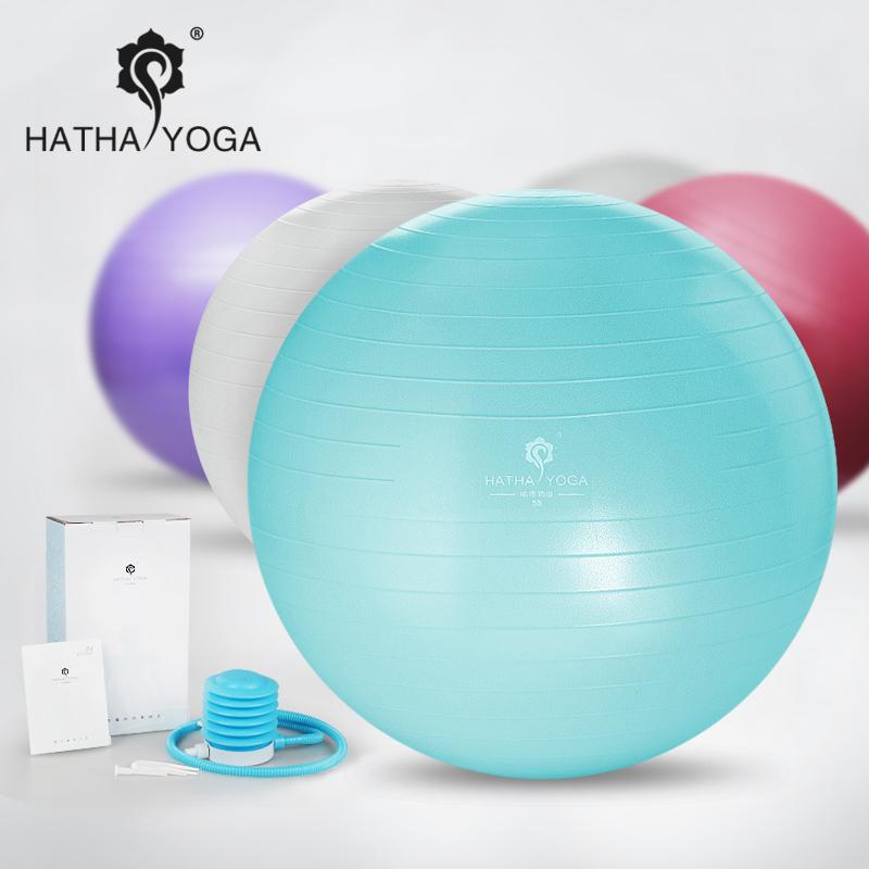 El parto fue a la pelota de yoga, el yoga de los auténticos ejercicios de equilibrio de peso para mujeres embarazadas