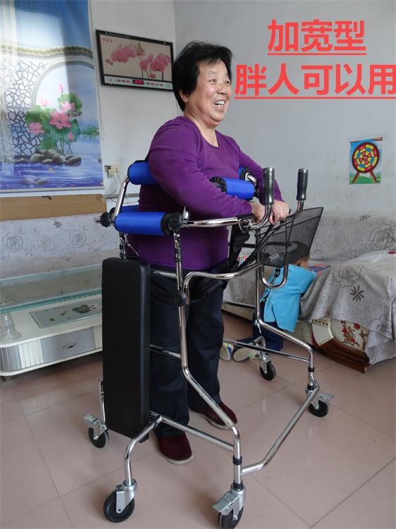 gamle mannen går rehabilitering walker walker. gå dit till fordon med två handtag med booster -