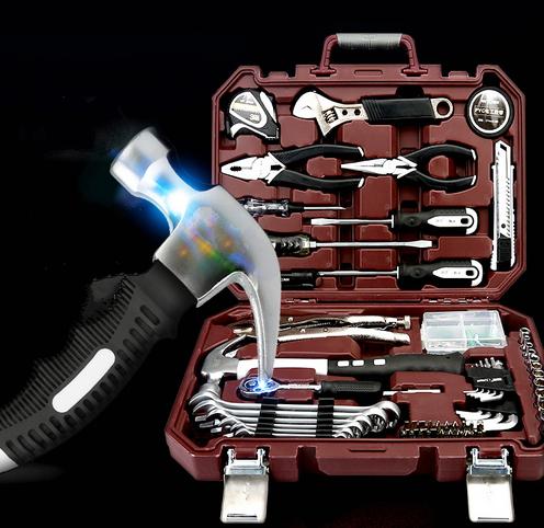 In Germania gli strumenti per la Lavorazione DEL LEGNO e la cassetta degli attrezzi metallici rivestiti rivestiti con la combinazione di un trapano elettrico Bosch di manutenzione
