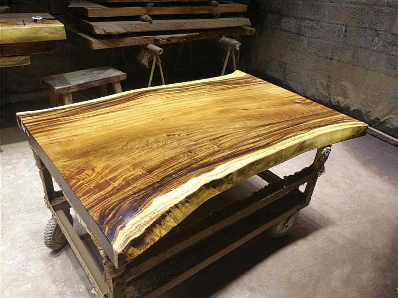 Table de bureau et de la Conférence le bois massif table à thé de dalles de table de noix de bûches de bois moderne minimaliste en Amérique du Sud.