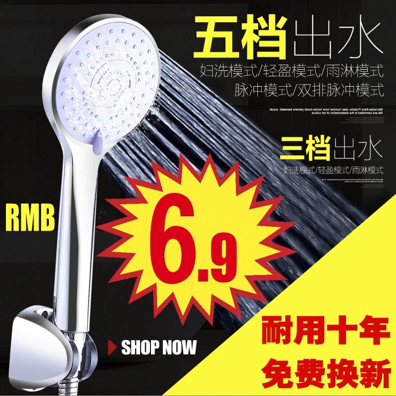 душ. мед и главата на душ в банята издигането на стената виси по клапана.