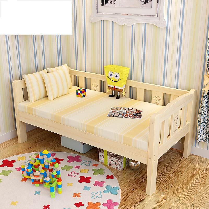 Το μωρό κοιμάται κρεβάτι ξύλινα ασφάλεια πολλοί άνδρες και γυναίκες με παιδιά προστατευτικά πτυσσόμενο φορητό μεγάλα παιδιά