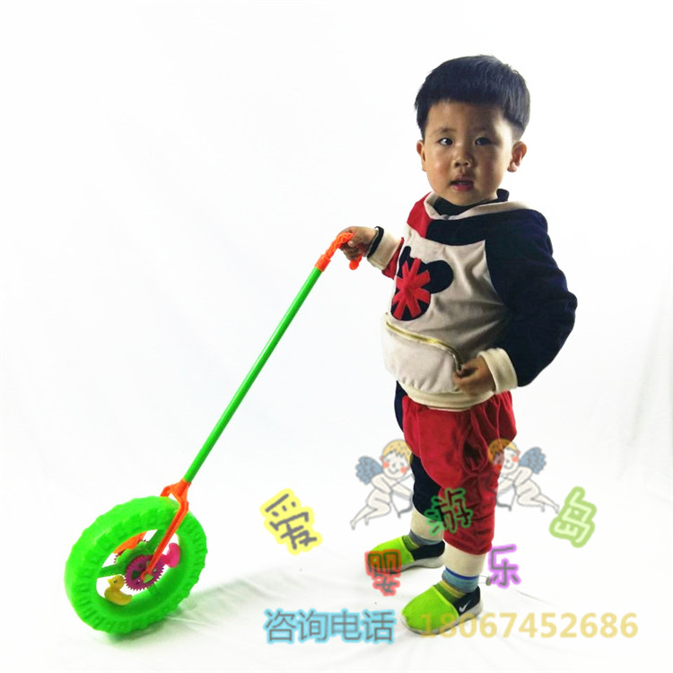 El Niño de 6 años, jugando por correo paquetes 1 - mano de la bebé con el volante de un coche de juguete con patitos de rueda