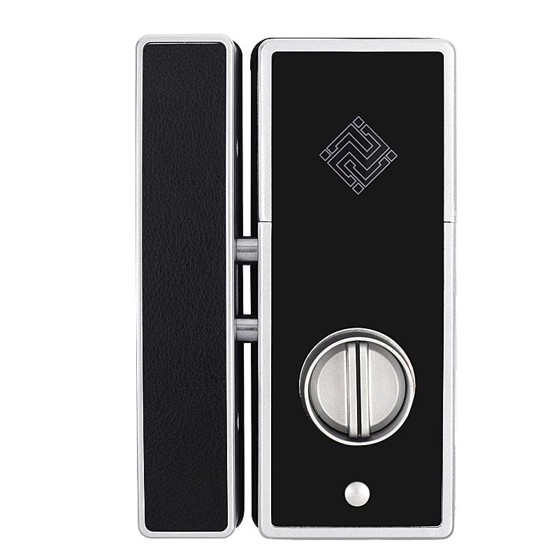 De glazen deur open vingerafdruk op een elektronisch slot met de aanwezigheid van intelligente sloten te openen voor één gat open het slot