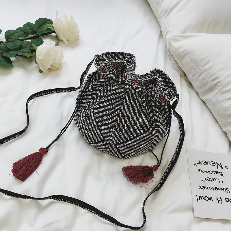 包包女2017新款民族风布质水桶包时尚百搭流苏抽绳单肩斜跨小包潮