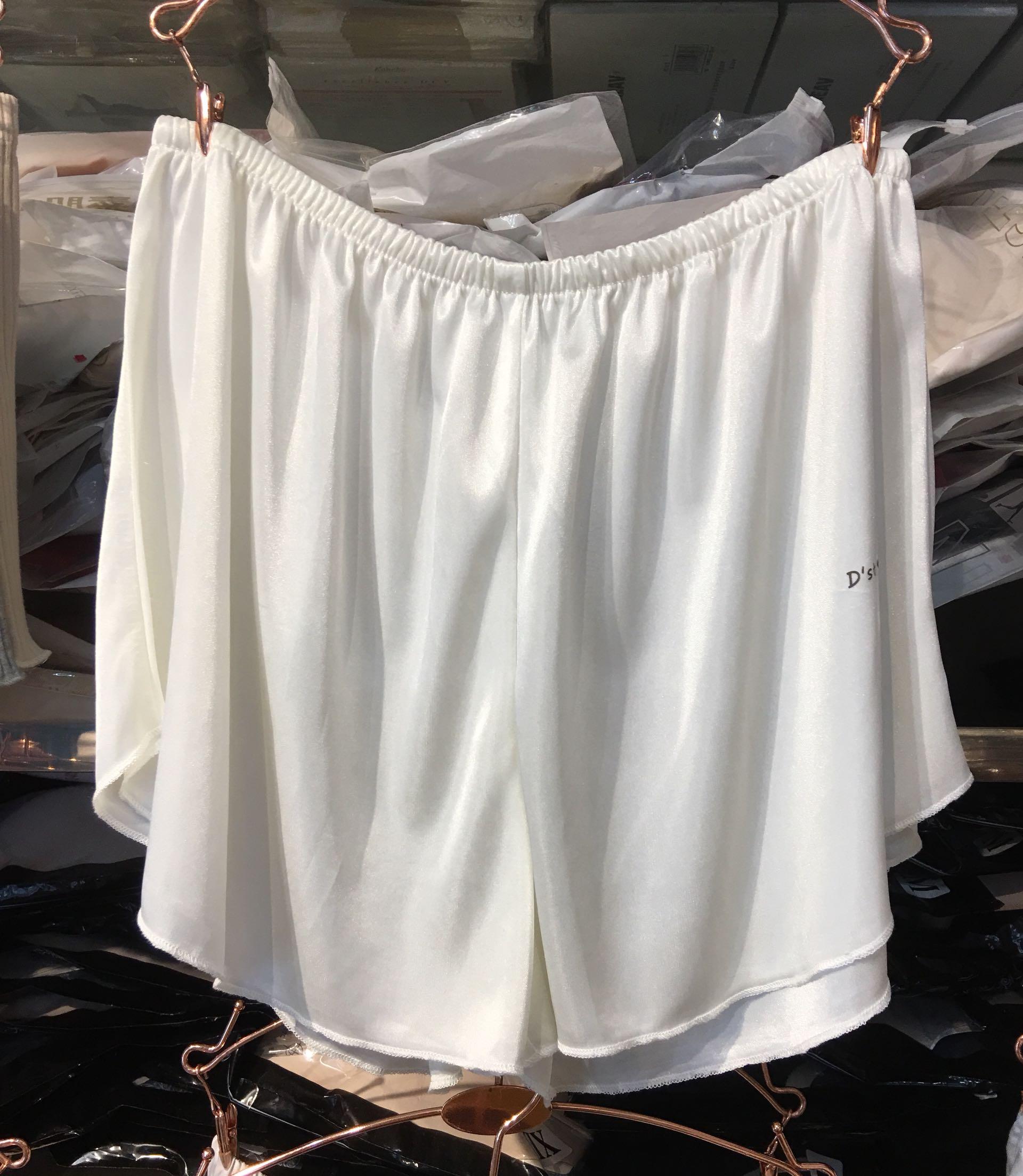 D. STUDIO ánh sáng mùa hè quần satin an toàn chống cừu nhà quần short ba điểm chạm đáy mặc nữ Jane hoang dã - Quần tây thường