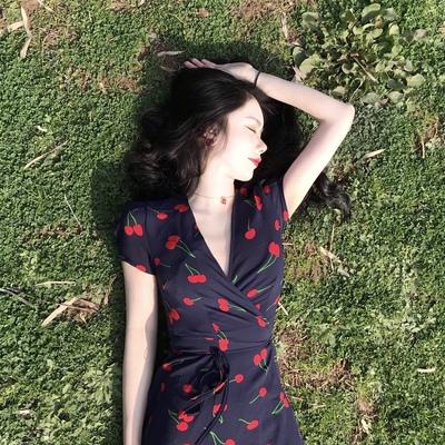 Retro phong cách Pháp niche V-Cổ bọc cherry in kỳ nghỉ dài váy khí ren eo ăn mặc