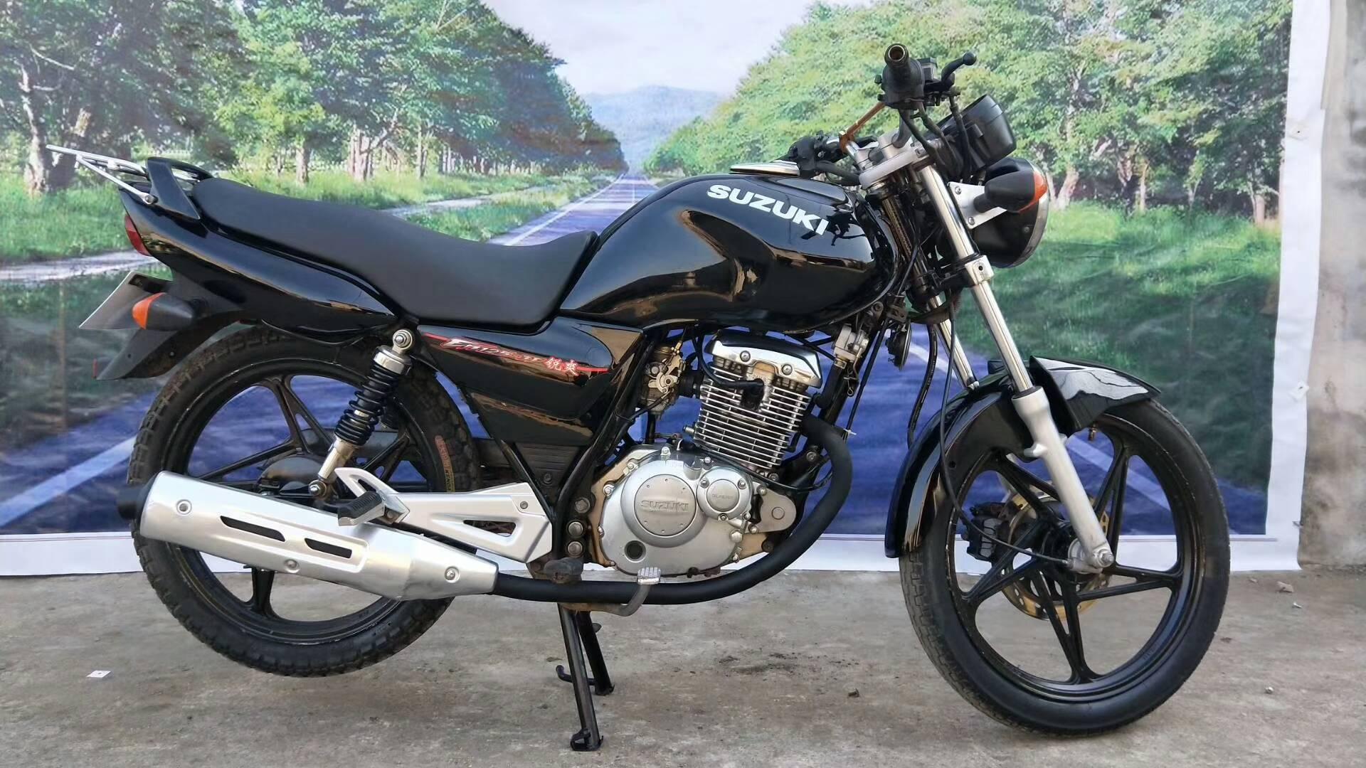 Ban đầu được sử dụng Suzuki khoan Leopard Shuangshuang xe máy xe 125cc bốn thì người đàn ông của straddle cưỡi xe đường phố