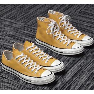 Những năm 1970 giày vải tiêu chuẩn Samsung tại chỗ màu vàng thấp 151229c vàng cao 159189c vài đôi giày vải màu vàng