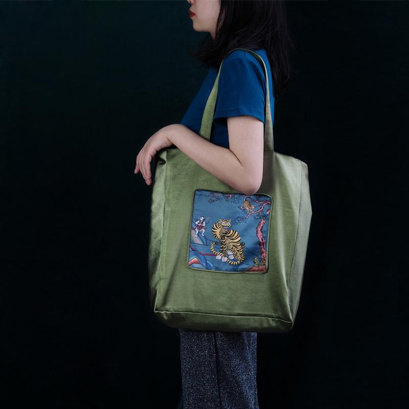 10-10新券【牧神午后】原创新国风狴犴印花缎面双面单肩包收纳托特包购物袋