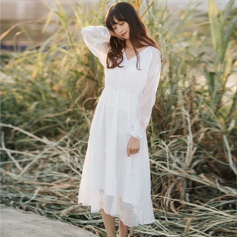 蜜搭2018春装女裙V领花边仙美气质刺绣裙子 中长款文艺白色连衣裙