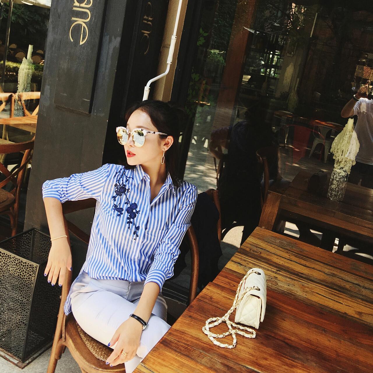 百搭显瘦文艺小清新竖条纹长袖刺绣衬衫