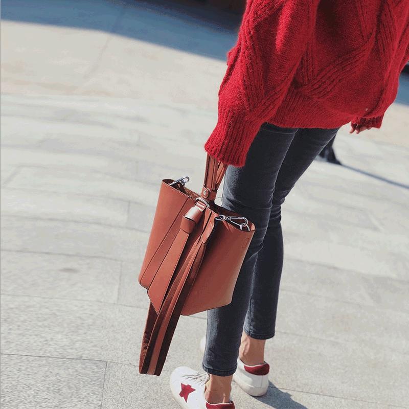 ins超火上新红色小包包女2017新款韩版斜挎手提宽肩带水桶包女包